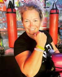 Woman boxing gloves - Fit In 42 Studio Gym