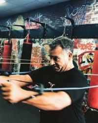 Man stretch bands - Fit In 42 Studio Gym